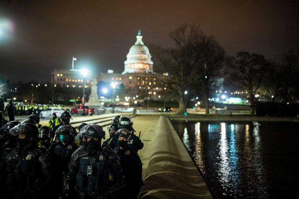 A Polícia Metropolitana estabelece um perímetro em torno do Capitólio dos EUA numa tentativa de impor ...