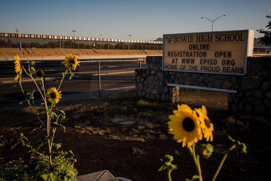 O muro fronteiriço que separa os EUA e o México fica ao lado da Escola Secundária ...