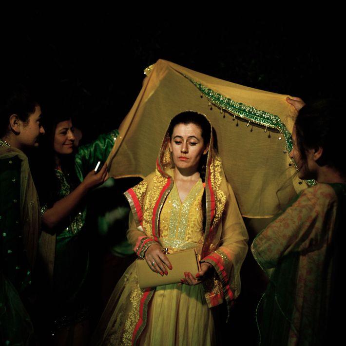Uma noiva ismaelita participa num dos muitos rituais de casamento no vale de Hunza.