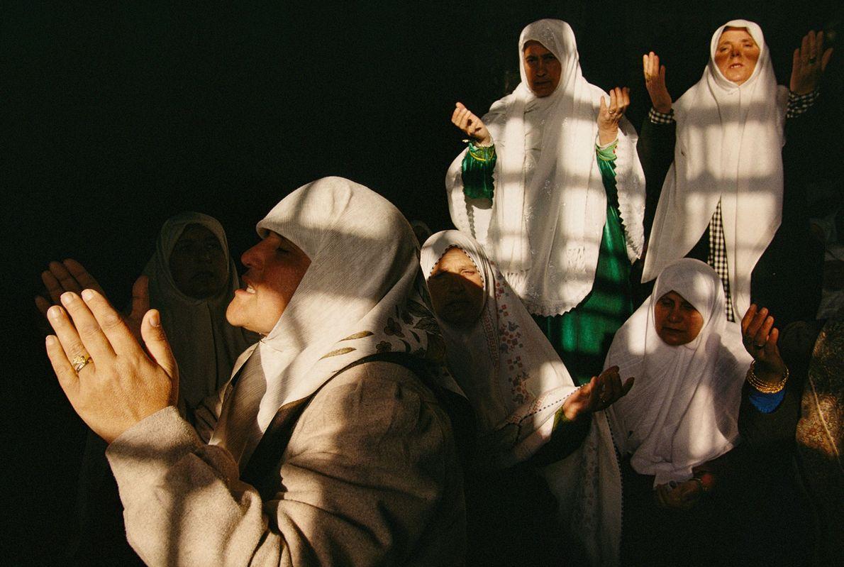 Mulheres muçulmanas nas suas orações matinais, na Cúpula da Rocha, em Jerusalém.
