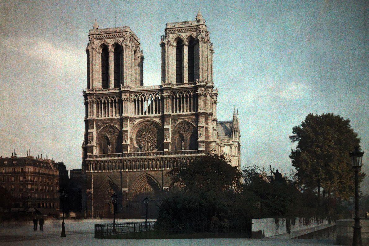 A fachada da catedral foi construída por vários arquitetos nos anos 20. A simbologia representa aspetos ...