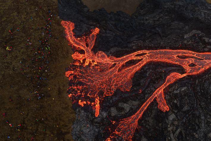 Uma fotografia aérea de drone mostra sílica de lava a sair do vulcão Fagradalsfjall.