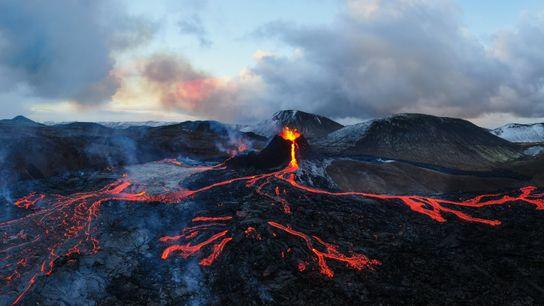 Os fluxos de lava criam um padrão semelhante a um mapa nas rochas de basalto negro ...