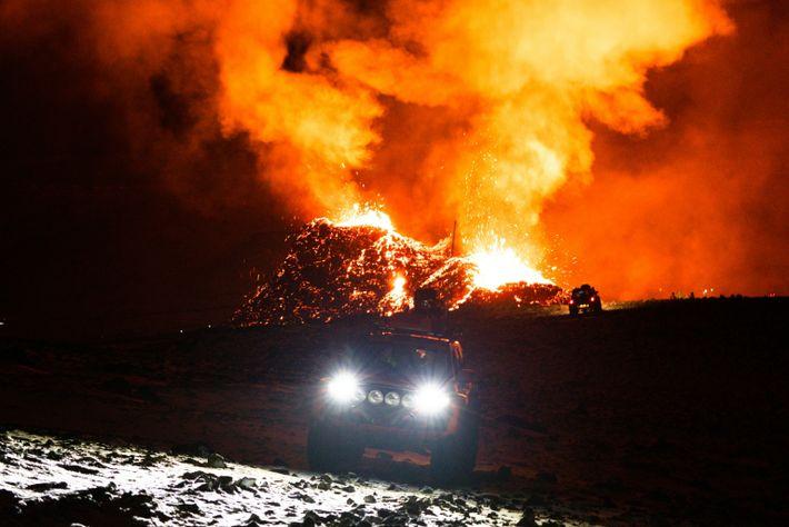 Veículos de busca e salvamento perscrutam a região em torno do vulcão Fagradalsfjall, na Islândia, à procura ...