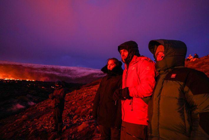 Apesar do frio do inverno, milhares de islandeses apareceram para ver o vulcão nos dias em ...
