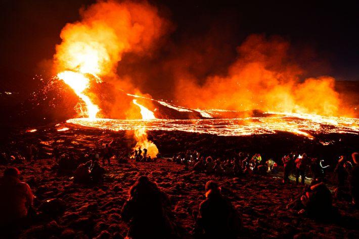 Os fluxos de lava mantinham os visitantes fascinados após o anoitecer.