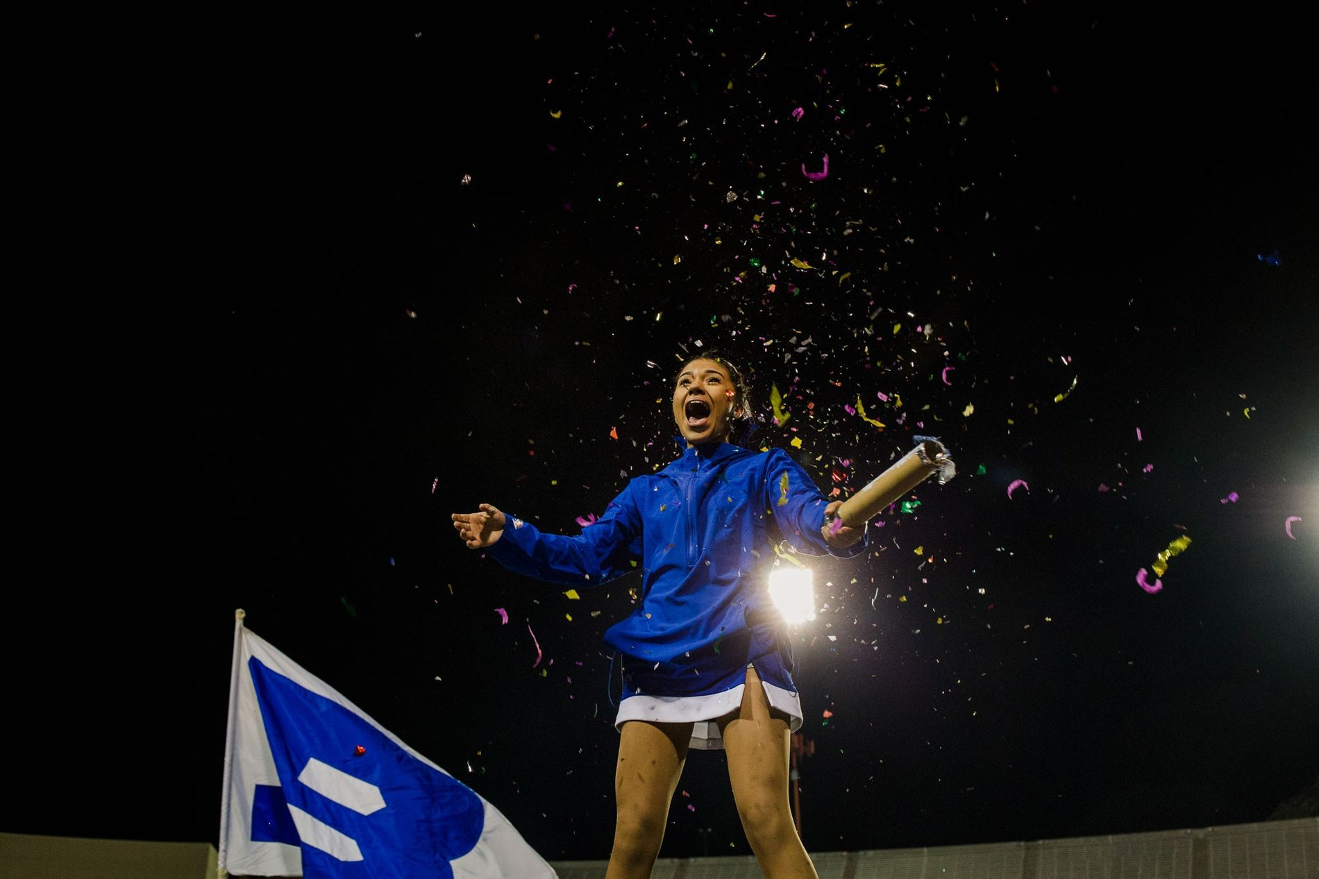 Brisa Rivera a lançar confetes durante o último jogo da época.