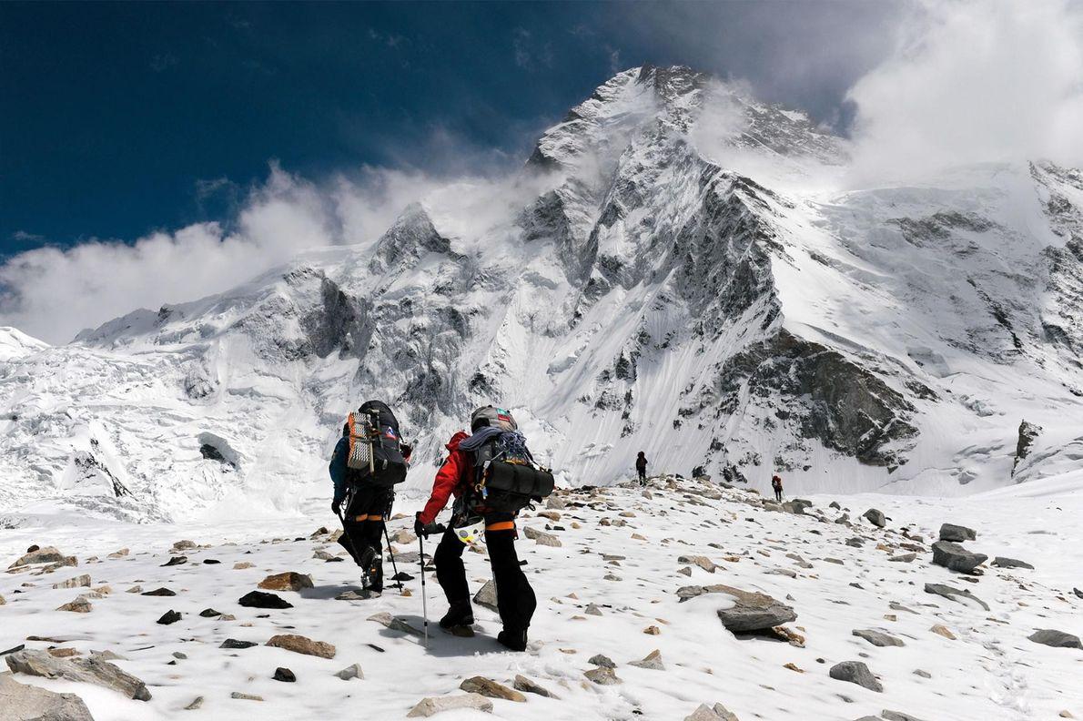 A equipa de Kaltenbrunner caminha em direção ao cume do monte K2 pelo lado chinês.