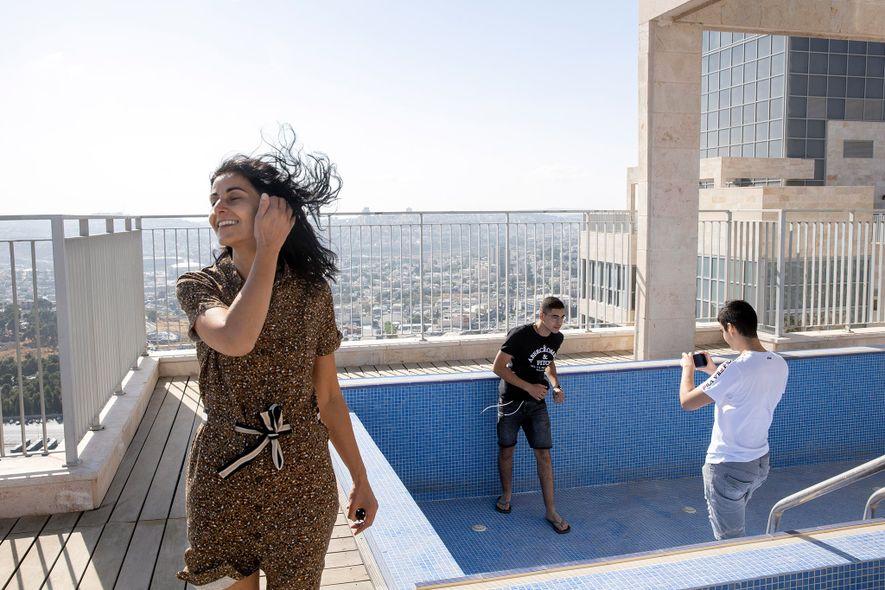 No primeiro dia em Jerusalém, Yael, Gabriel e Netanel Zeitoun exploram o terraço do seu novo ...