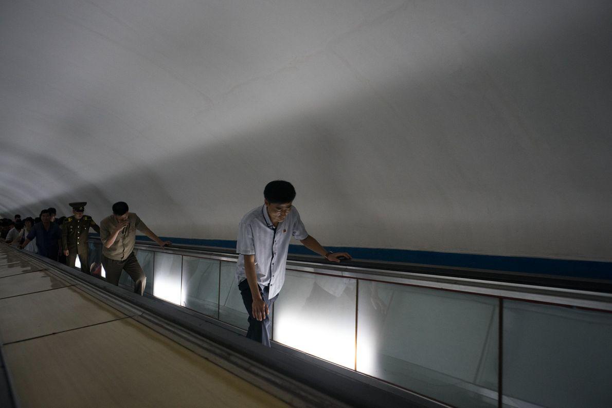 Pessoas que se deslocam no metro de Pyongyang