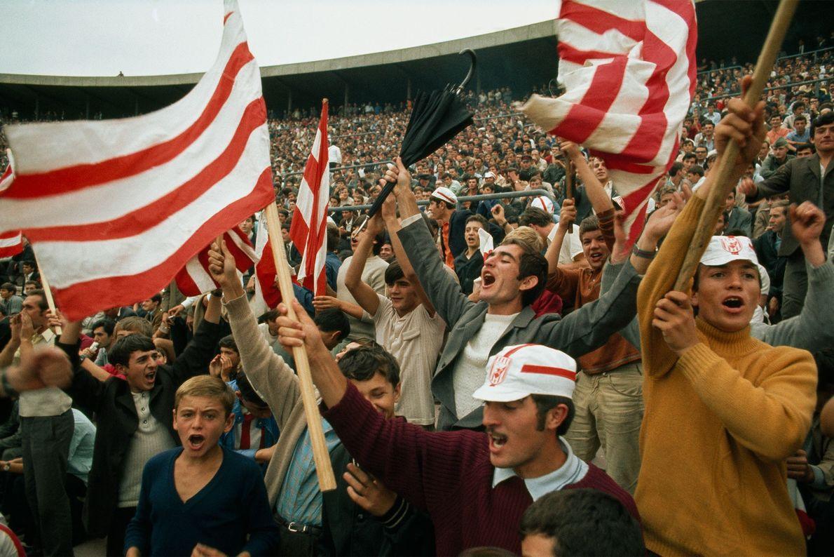 Adeptos celebram o golo da Jugoslávia contra a Irlanda.