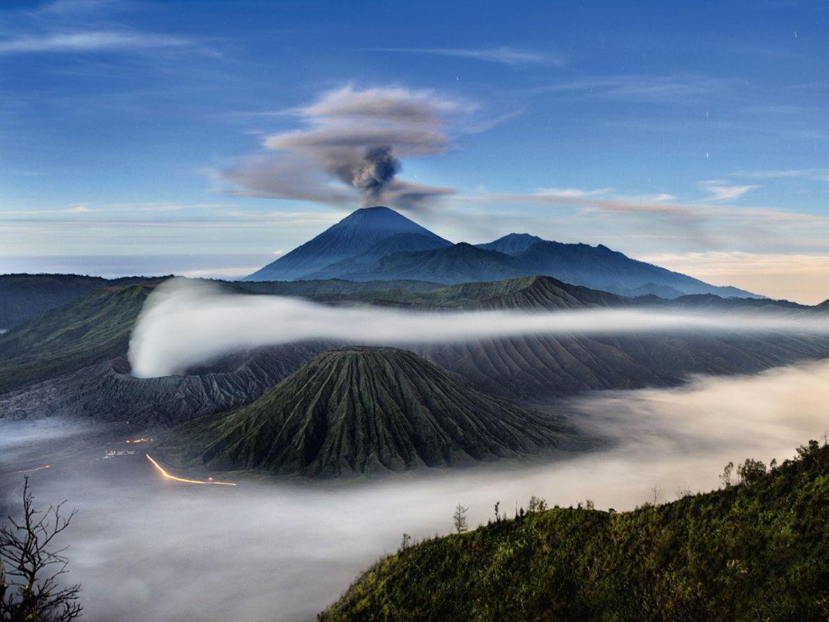 Uma coluna de cinzas eleva-se acima do Monte Semeru.
