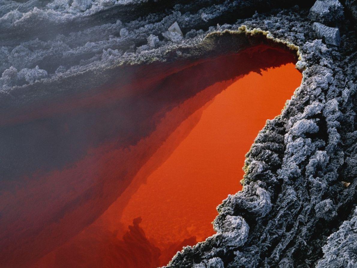 Lago de magma laranja do Monte Etna.