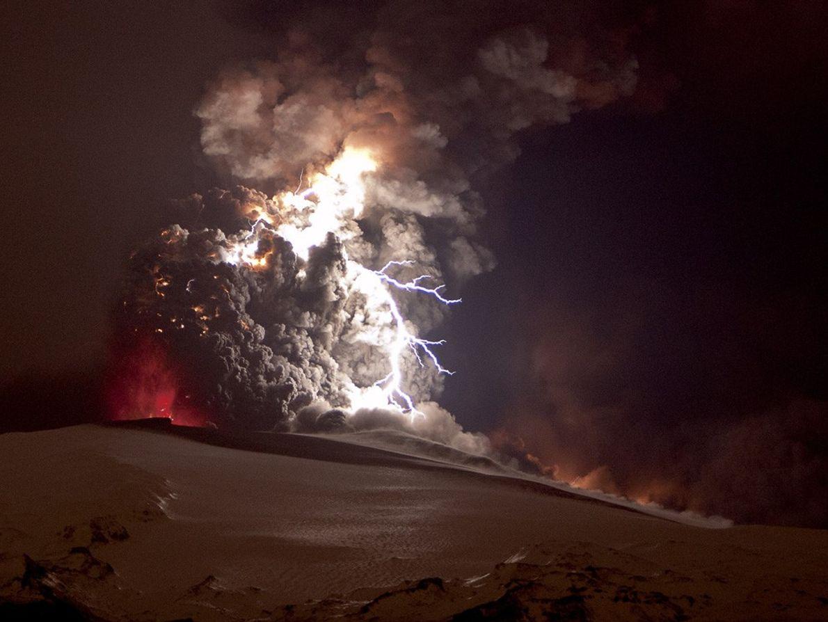 Uma erupção do vulcão de Eyjafjallajökull, na Islândia.