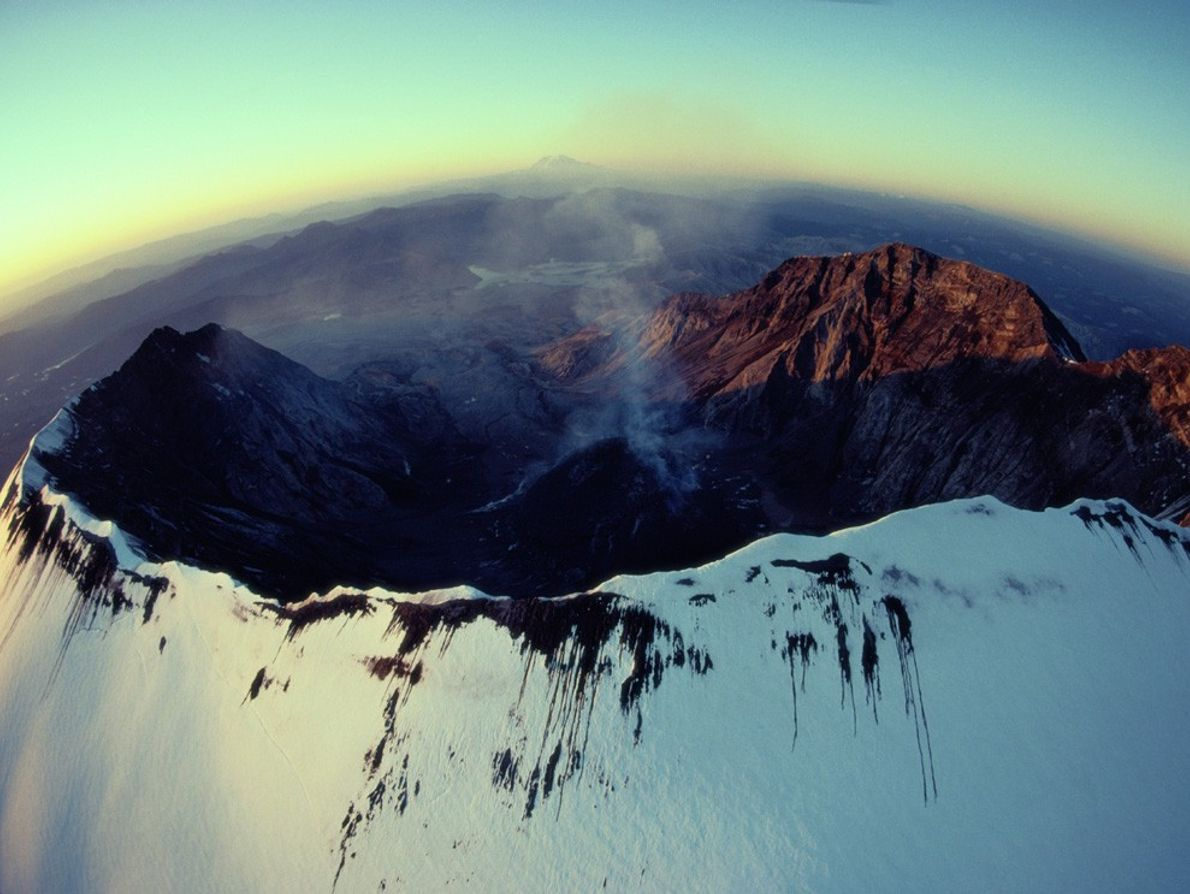 Uma ténue coluna de fumo emerge da cratera oval de Monte de Santa Helena.
