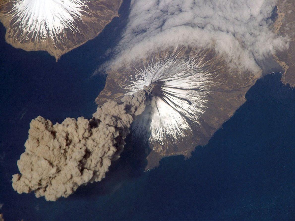 O vulcão de Cleveland liberta uma coluna de cinzas.