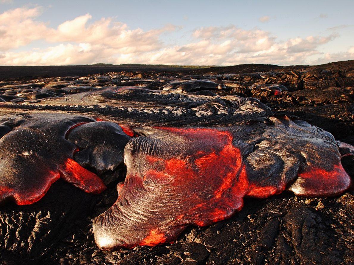 Lava encordoada ou pahoehoe, conforme designação havaiana, é libertada pelo vulcão Kilauea no Parque Nacional de ...