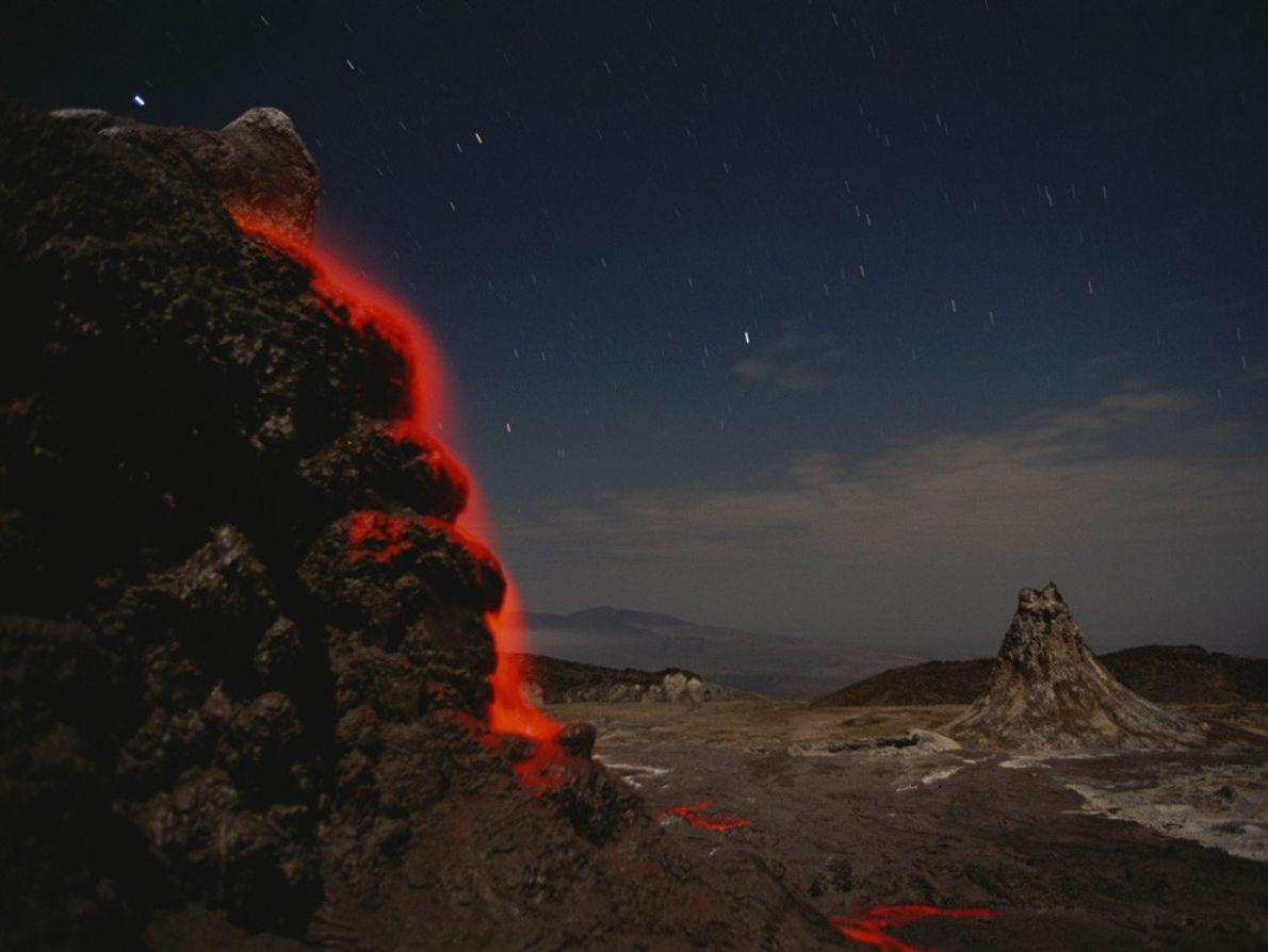 Escoadas de lava laranja-néon precipitam-se sobre a encosta de Ol Doinyo Lengai, no vale de Great ...