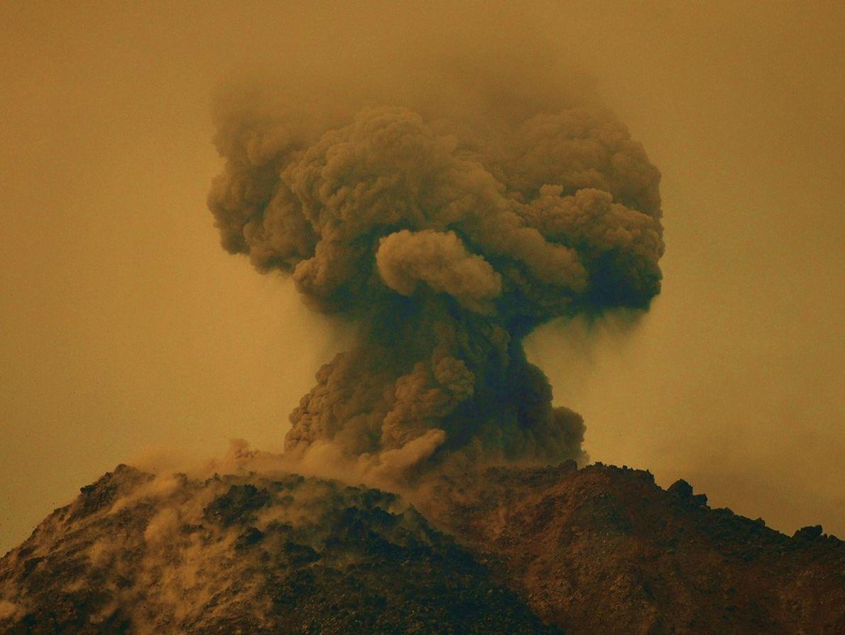 O vulcão Arenal na Costa Rica entrou subitamente em erupção.