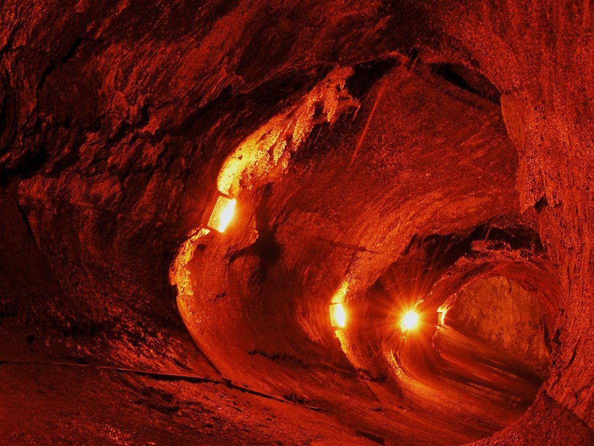 Luzes iluminam o Túnel de Lava de Thurston.