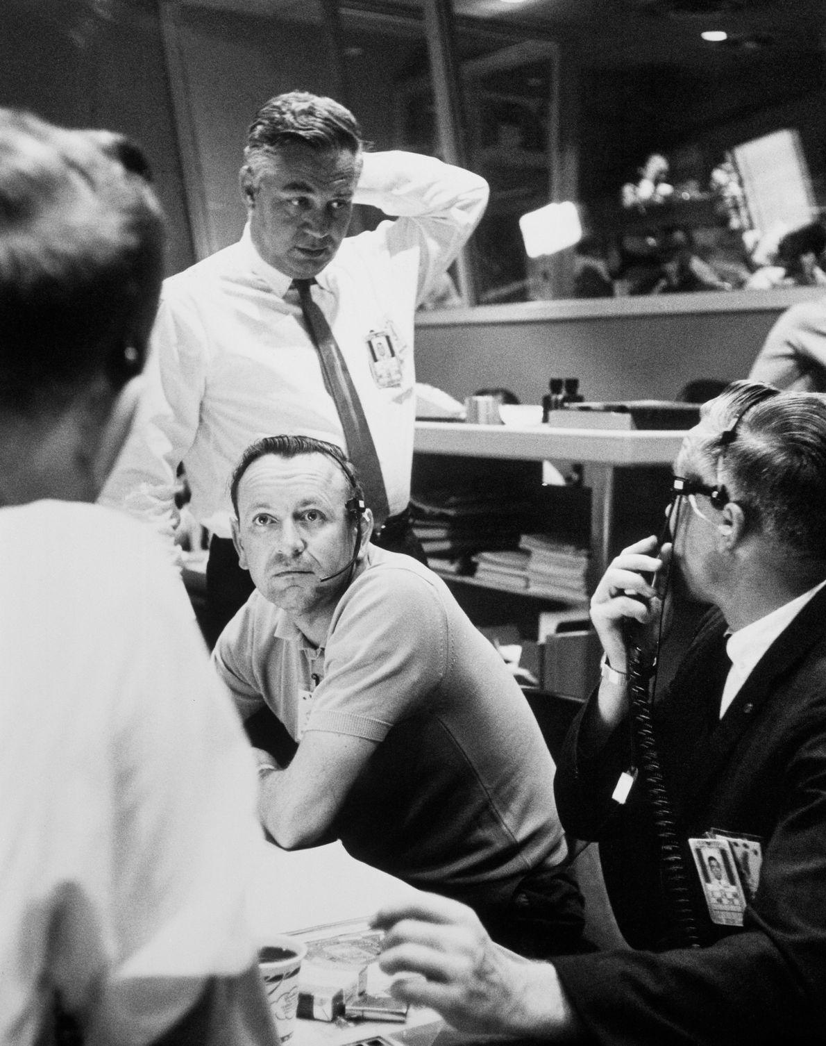 Os oficiais no Centro de Controlo decidem efetuar 22 órbitas durante a última missão Mercury, com ...