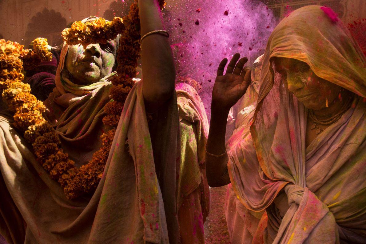 Mulheres viúvas a desfrutar de Holi, no templo Gopinath, em Vrindavan, no estado indiano de Uttar ...