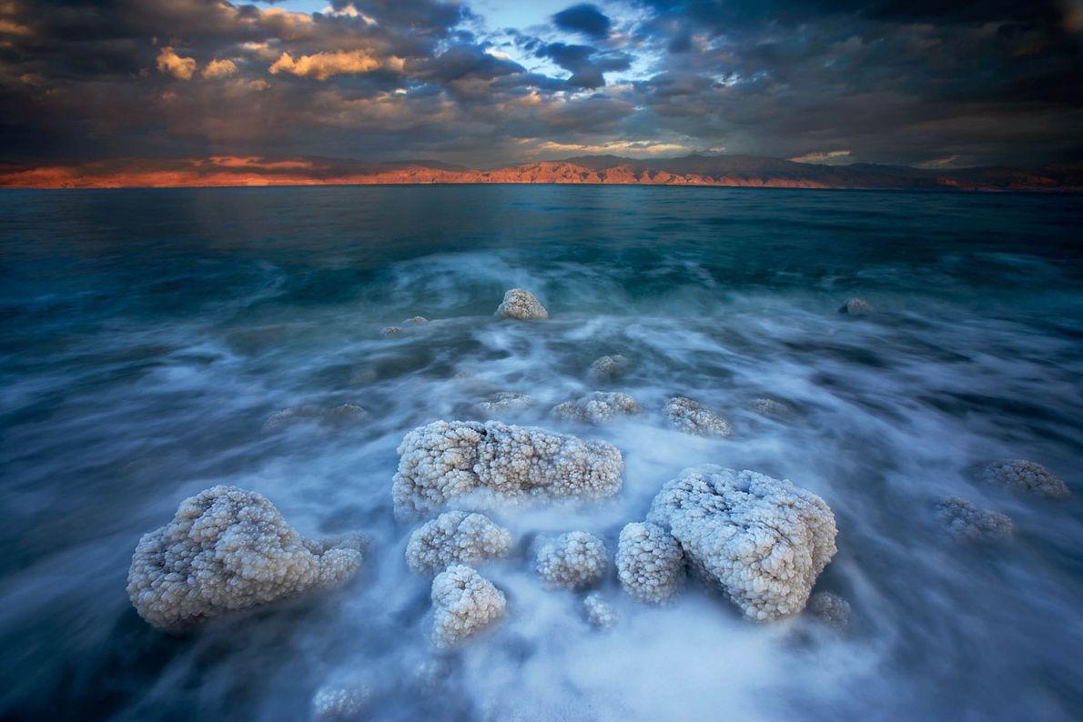 Cristais de sal crescem em rochas no Mar Morto