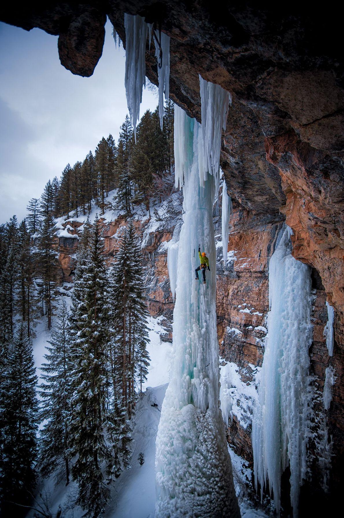 """Sam Elias escala """"The Fang"""", um pilar de gelo em Vail, no Colorado."""