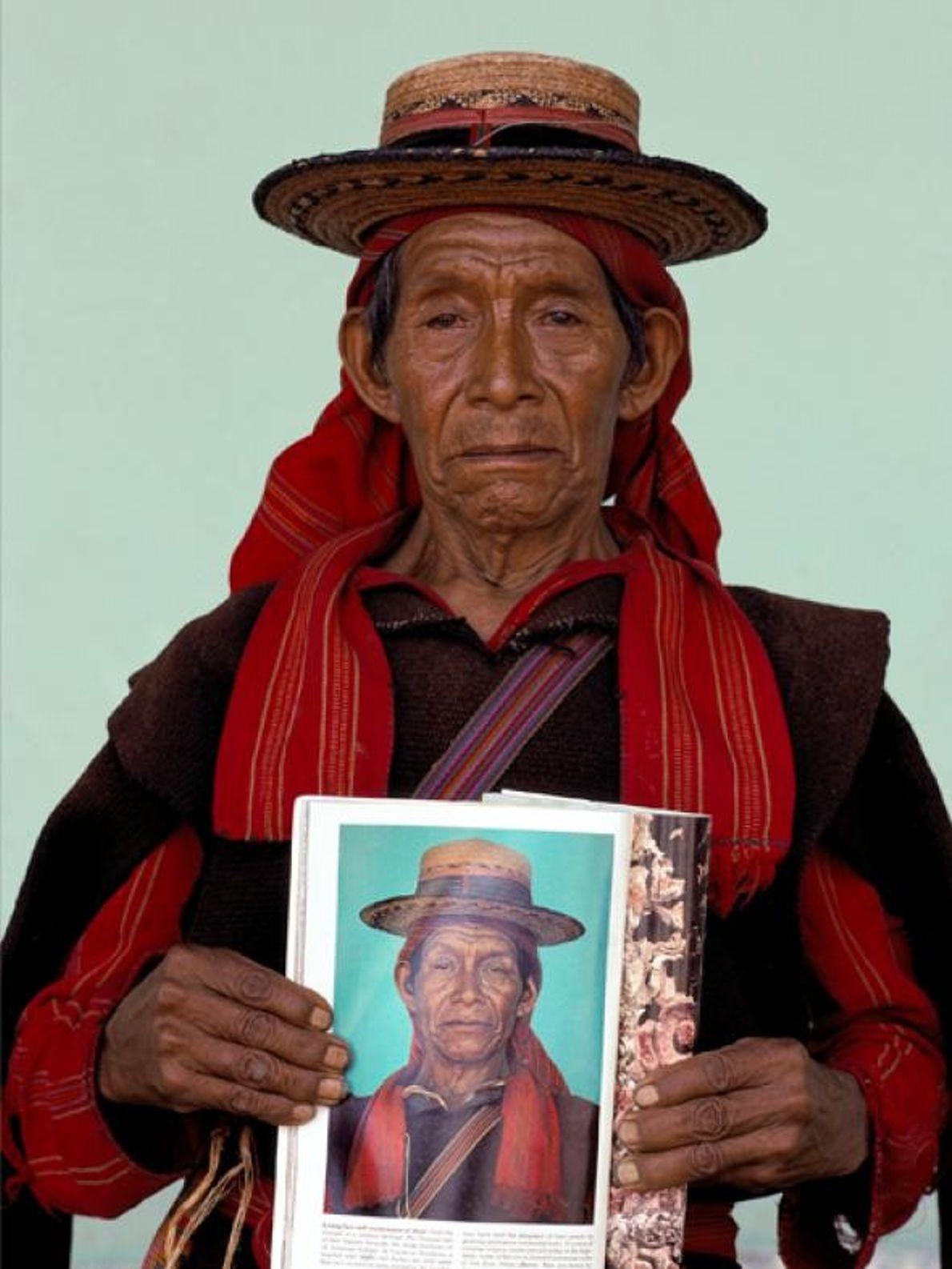 Presidente de câmara guatemalteco posa com uma foto sua tirada por David Alan Harvey em San ...