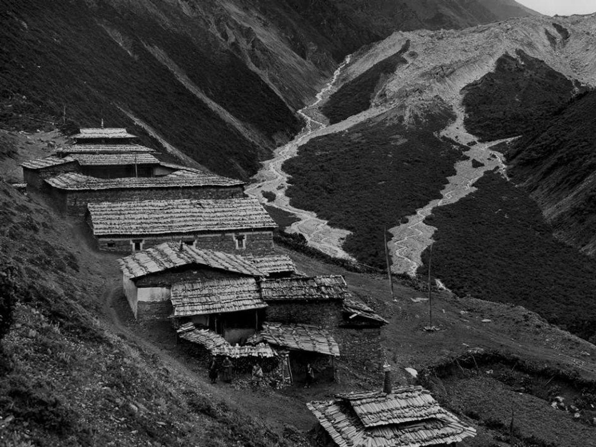 Fotografia de um mosteiro de 600 anos aninhado na montanha de Minya Konka no Tibete