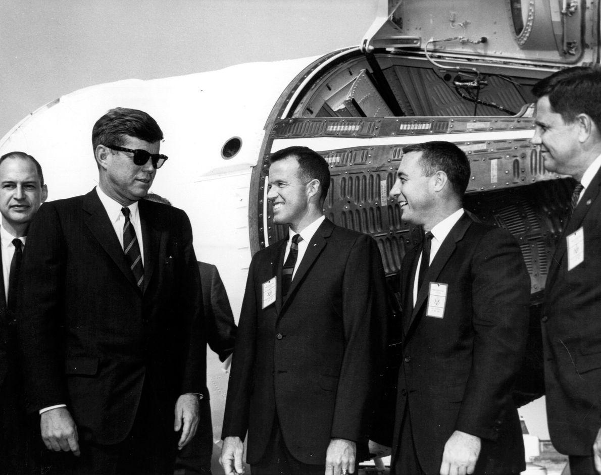 John F. Kennedy visita o porto espacial de Cabo Canaveral, no dia 13 de novembro de ...