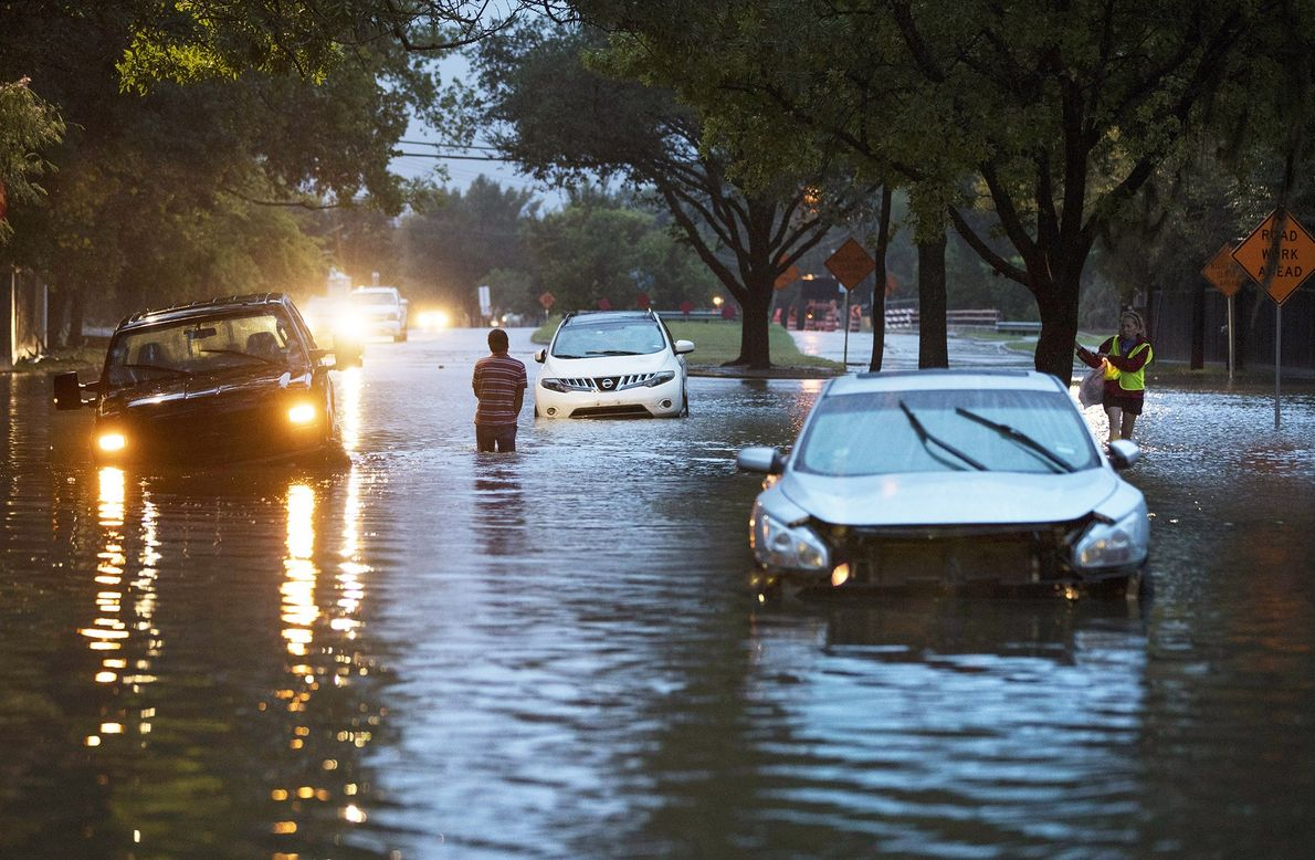 Veículos encalhados devido à subida das águas