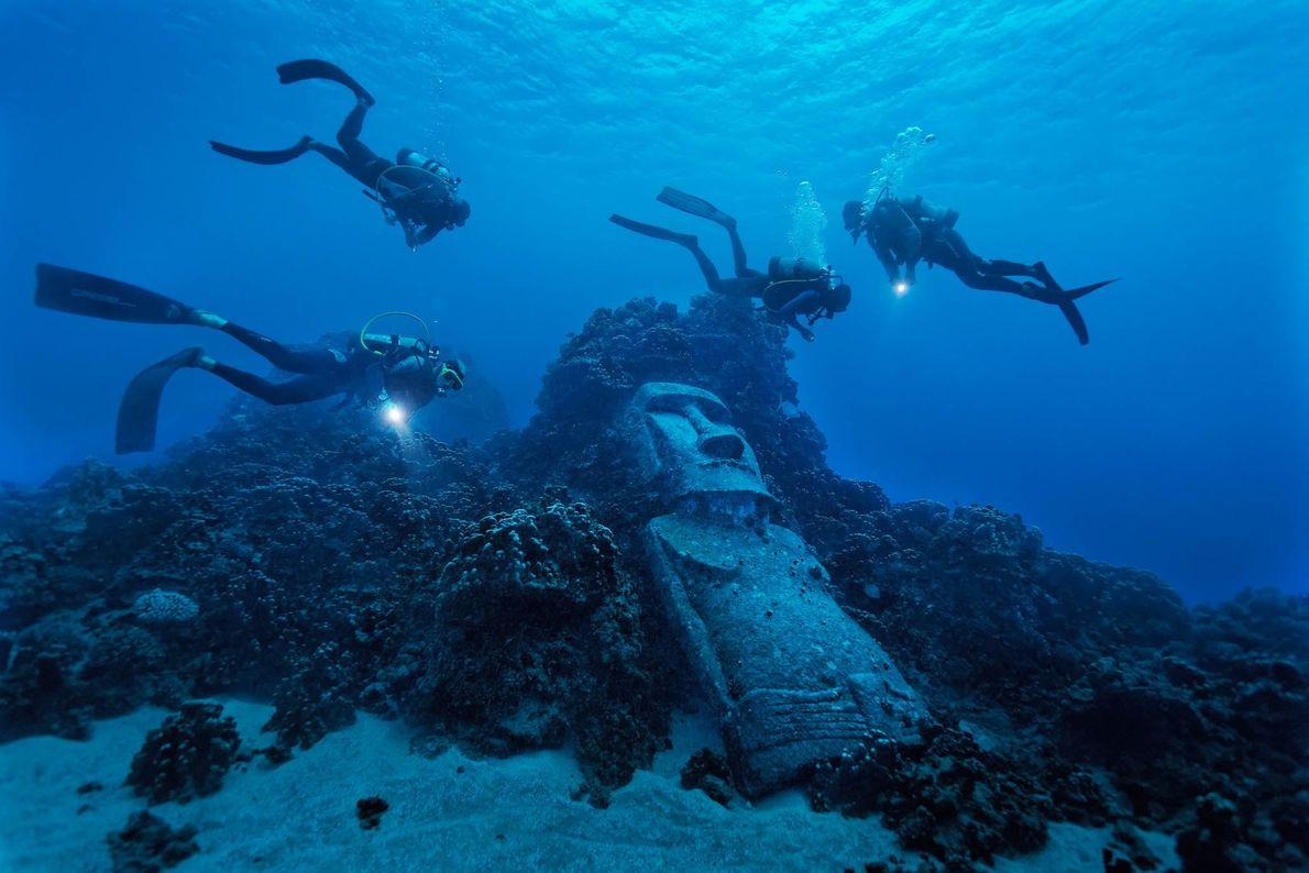 Turistas mergulham num recife na Ilha da Páscoa