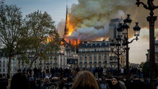 No dia 15 de abril, pouco tempo depois dos últimos turistas abandonarem Notre-Dame, começou a sair ...