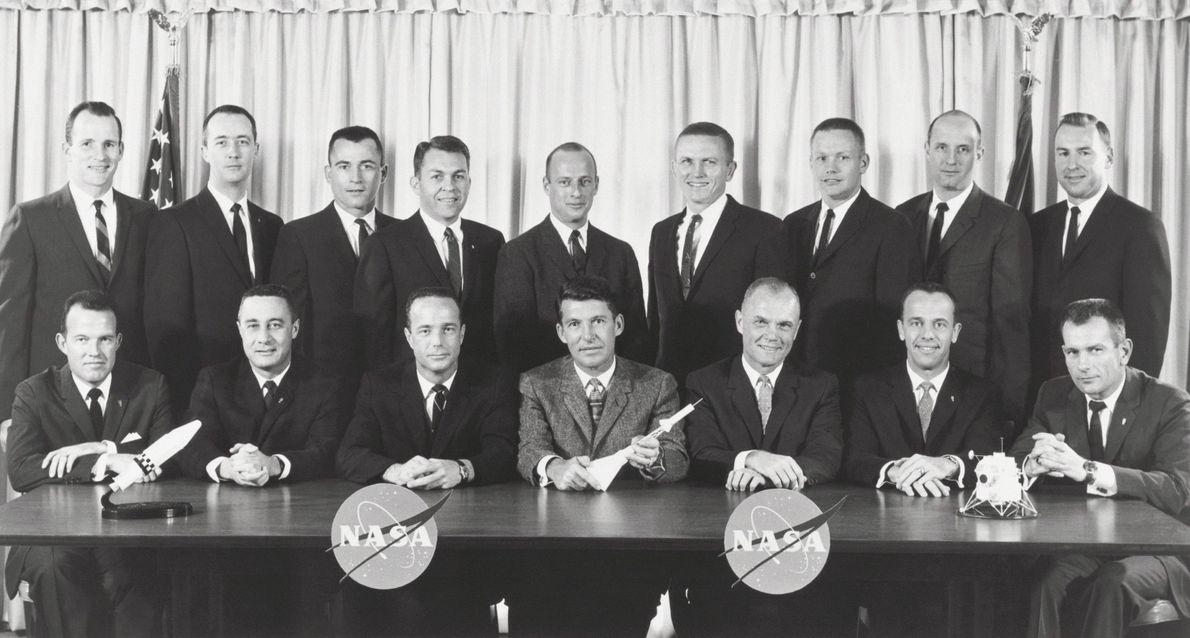 Os astronautas do Programa Mercury 7 (na primeira fila) posam com a geração seguinte de astronautas, ...
