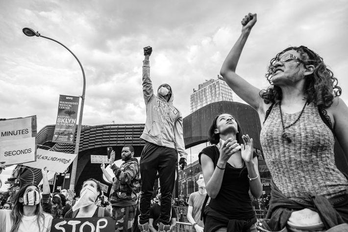 Apoiantes do movimento Black Lives Matter reuniam-se em frente ao Barclays Center, na cidade de Nova ...
