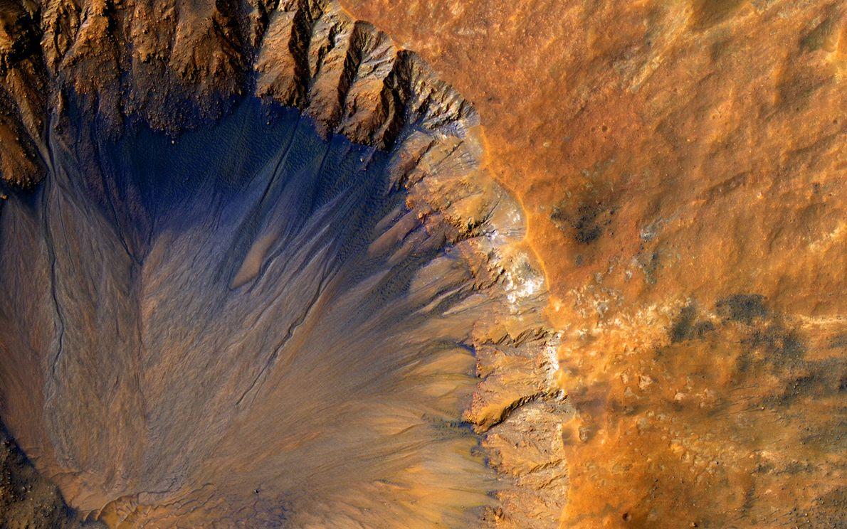O interior desta cratera perto de Sirenum Fossae.