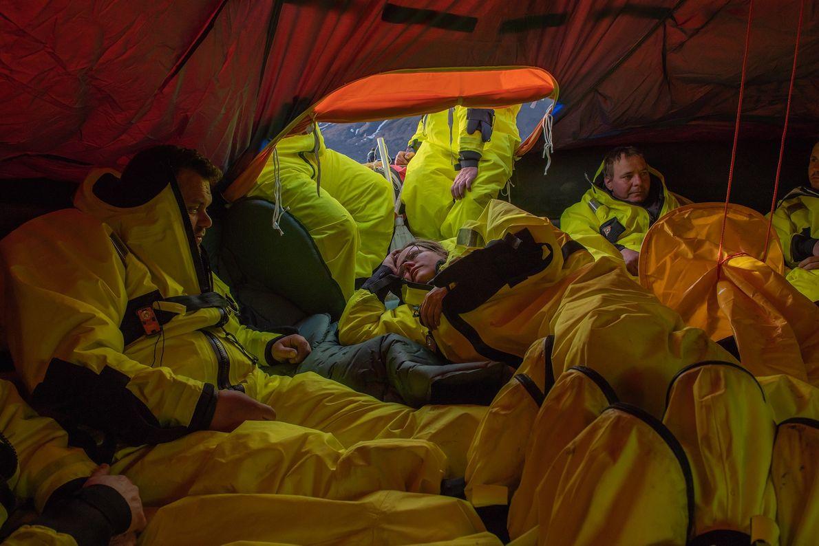 Quando os participantes do treino de sobrevivência foram notificados do seu resgate, eram 22:00. Os formandos ...
