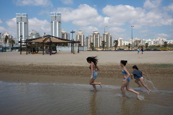 Oria Vidal, uma israelita cujos pais vieram de França há 20 anos, brinca na praia de ...
