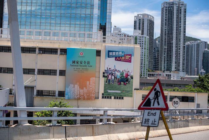 Um cartaz na lateral de um prédio do governo promove a nova lei de segurança nacional. ...
