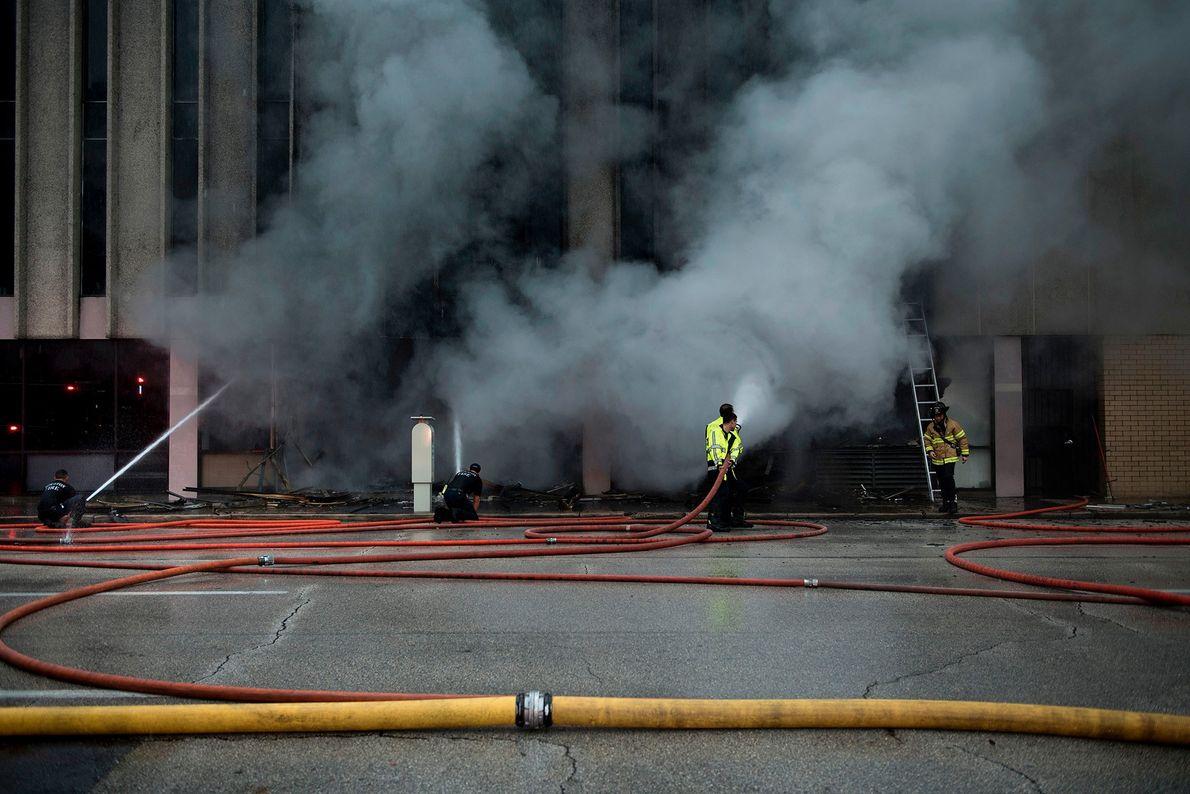 Bombeiros apagam um fogo