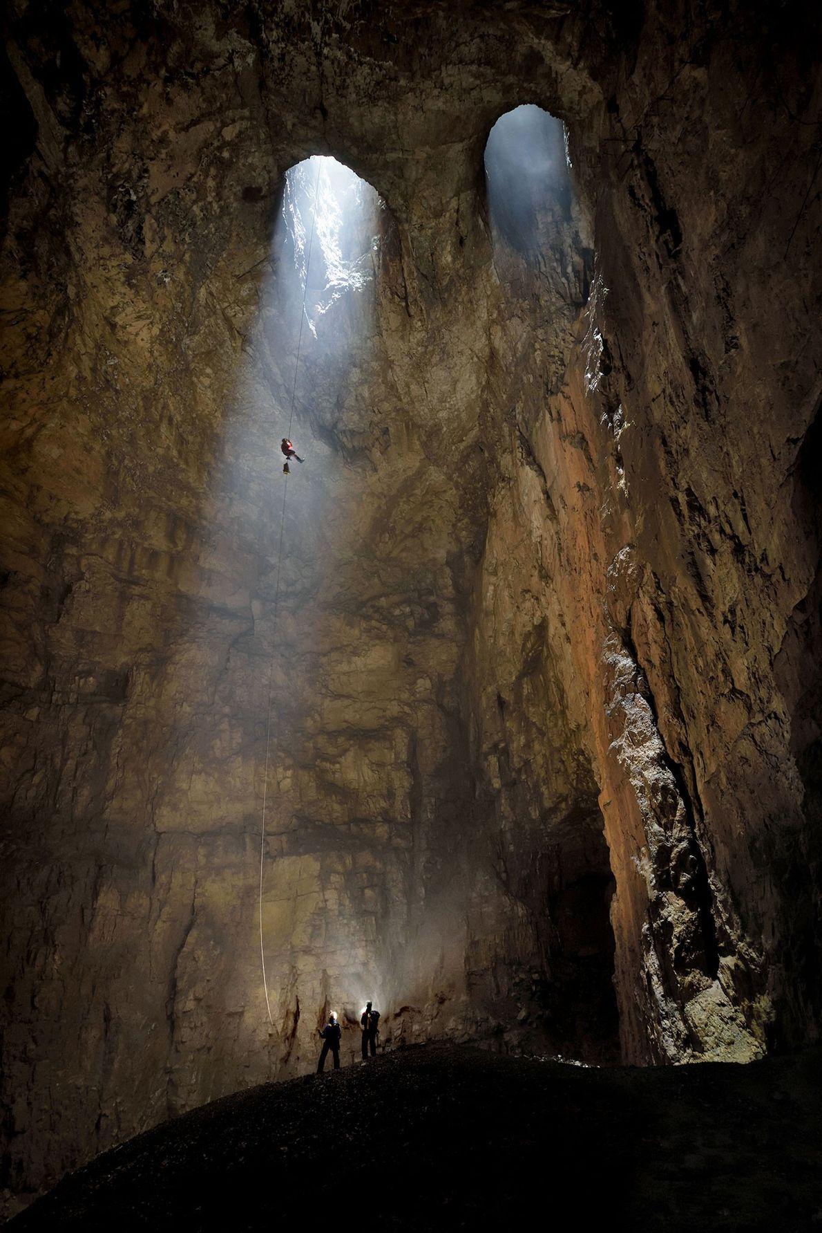 Os icónicos portais de claraboias gémeas da caverna Kačna jama, na Eslovénia.