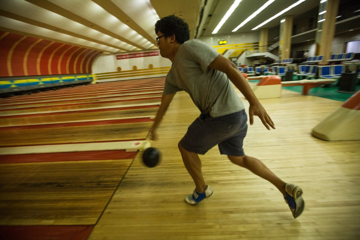 Um turista americano joga bowling num beco de Pyongyang