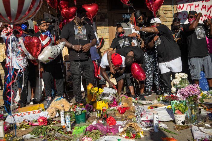 Família e amigos de George Floyd choram no local onde o pai de 46 anos foi ...