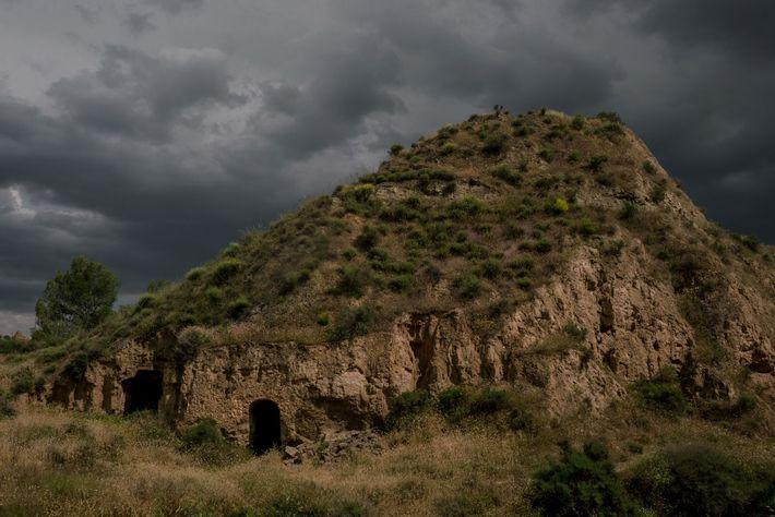 O céu escurece sobre a entrada de uma gruta, que serve de habitação, em Benalúa, uma ...