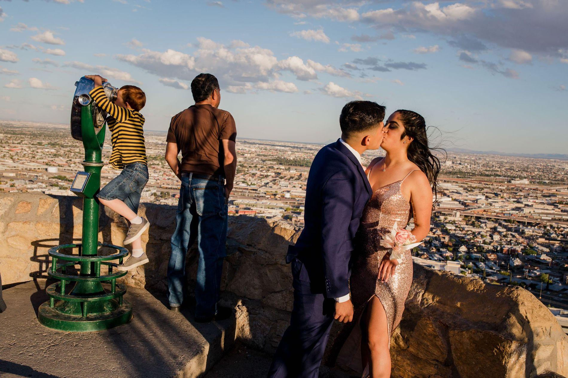 """A """"cheerleader"""" Megan Mejía e o seu namorado, Sergio Reyes, posam para a fotografia do baile ..."""