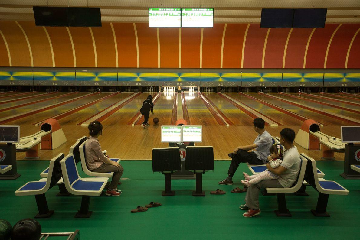 Norte-coreanos a jogar bowling num beco de Pyongyang
