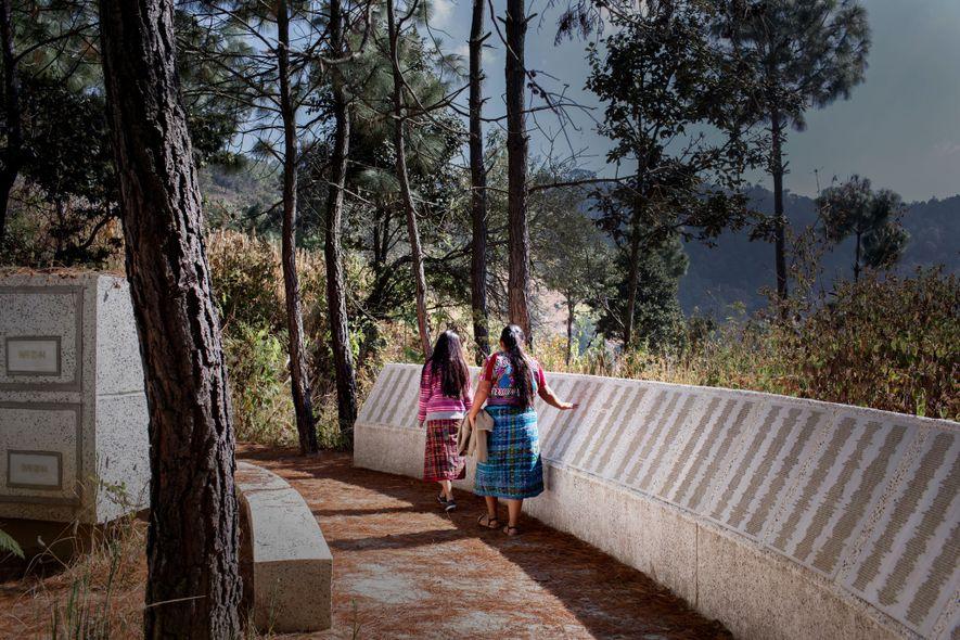 O memorial que abraça a montanha de Comalapa tem os nomes das 6.066 pessoas que foram ...