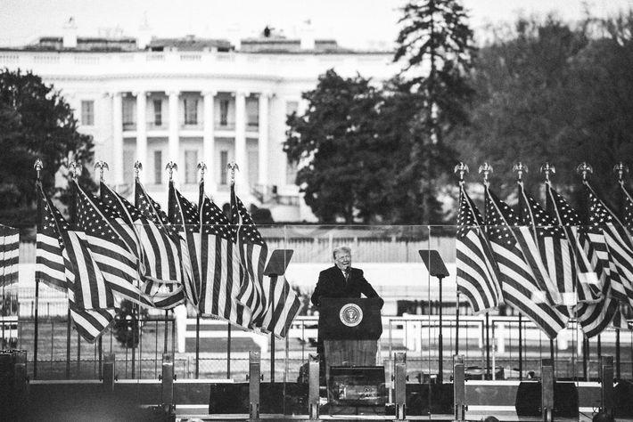 O presidente Trump dirigiu-se aos seus apoiantes no relvado da Casa Branca na manhã de quarta-feira ...