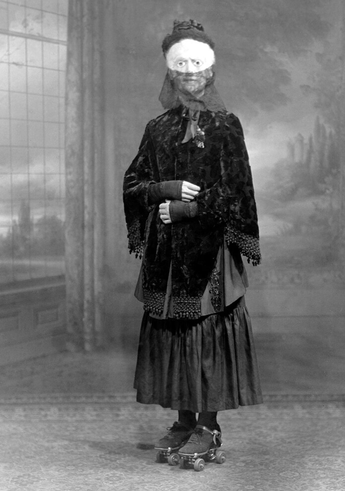 Vestida para o Halloween, uma mulher com patins – provavelmente uma adição aleatória à sua indumentária ...